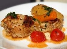 Kurczak duszony z warzywami Mięso jest soczyste, delikatne i pięknie odchodzi od kości, warzywa zaś mięciutkie, aromatyczne i słodkie. Świetny przepis na zdrowy i łatwy w wykona...