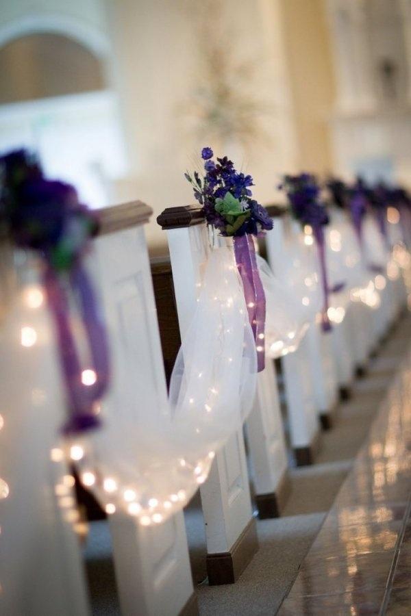 Pomysł na ozdoby w kościele :)  Lampki włożone do materiału i fioletowe kwiaty