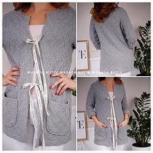 Sweter LARGO Wiązany na ozdobne wstążki Wygodny, praktyczny, idealny na chłodniejsze dni  szerokość pod pachami: 52cm Szerokość pas: 49 Długość całkowita: 79cm  SKŁAD: 100% viskoza