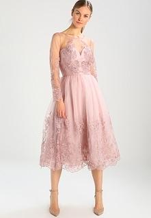 Delikatna koronka i piękny różowy kolor sukienki koktajlowej Chi Chi London M...