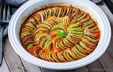 Ratatouille  SKŁADNIKI: 3 papryki (zielona, żółta i czerwona) 1 cebula 2 marchewki 4 ząbki czosnku puszka pomidorów (krojone) cukinia zielona cukinia żółta bakłażan 2 pomidory z...