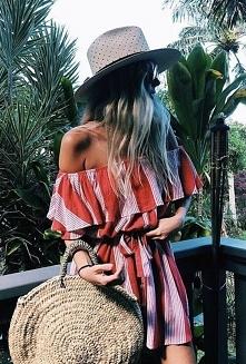 Sukienka młodzieżowa z falbanką + koszyk i słomkowy kapelusz to idealny letni...