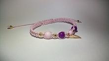 Piękna bransoletka makramowa z zawieszka złotego skrzydła w kolorach różowo-f...