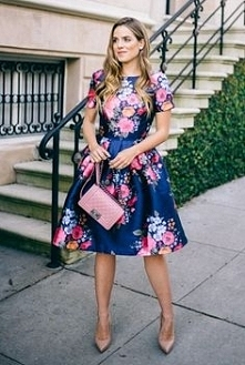 Rozkloszowana sukienka w kwiaty Chi Chi London, do kupienia TU ➡️ sukienkichi...