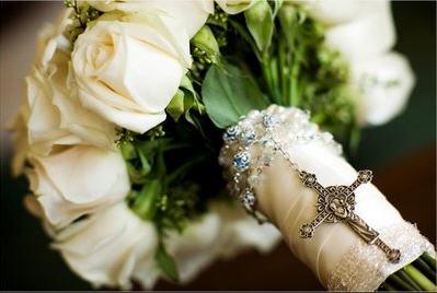 Różaniec w bukiecie ślubnym