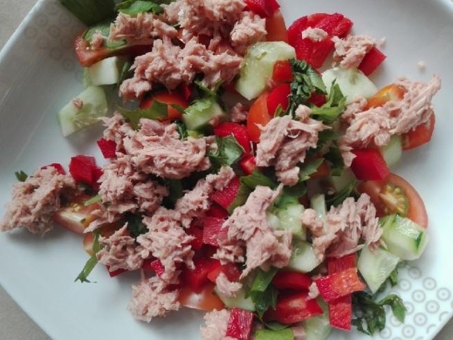 Smaczna Kolacja Smaczna Kolacja  Pomidory, Ogórki, Paryka, Tuńczyk oraz Przyprawy.  Pożywne i bardzo smaczne ;)