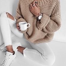Stylizacja z beżowym swetrem i białymi spodniami - LINK W KOM!