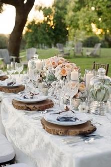 Aranżacja stołu na letnie wesele w plenerze