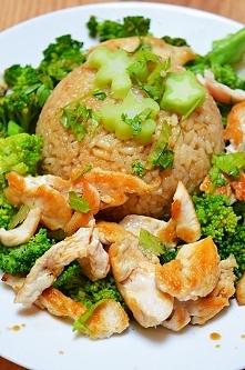 Pierś z kurczaka z ryżem w sosie sojowym i brokułem. Przepis po kliknięciu w ...