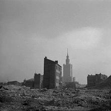 Pałac Kultury i Nauki wśród ruin zniszczonego miasta