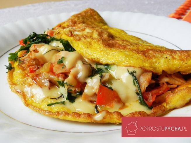 """Wypasiony omlet """"Po zjedzeniu takiego śniadanka od razu humor się poprawia i aż chce się iść do codziennych obowiązków"""" 2 jajka 1/2 pomidora 1/4 czerwonej papryki (ja użyłam marynowanej) 5 dag żółtego sera 2 plasterki szynki kilka plasterków zielonego ogórka 1/4 cebuli natka pietruszki przyprawy: sól, pieprz, łyżka masła W miseczce za pomocą widelca mieszamy ze sobą jajka, dodajemy sól, pieprz. Wypasiony omlet Krok 2 Na deseczce kroimy: cebulkę, czerwoną paprykę, ogórka,szynkę, pomidora. Omlet Krok 3 Na rozgrzaną patelnię nakładamy łyżeczkę masła, wsypujemy cebulkę i smażymy do jej zarumienienia, dodajemy nasze pozostałe warzywa, mieszamy. Omlet Krok 4 Po kilku minutach smażenia warzyw, odstawiamy. Na drugiej patelni znowu nakładamy łyżeczkę masła, wylewamy nasze roztrzepane jajka. Wypasiony omlet Krok 5 Obracamy nasz omlet na drugą stronę, nakładamy nasze warzywa na połówkę omleta, na wierzch dodajemy pokrojoną natkę pietruszki oraz żółty ser (starty bądź pokrojony w paseczki). Przykrywamy warzywa drugą warstwą omleta."""