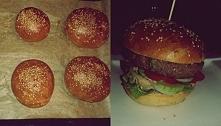 Domowy burger z mięsem wołowym, ogórek,pomidor,sałata,cebula,sos i domowa bułka.
