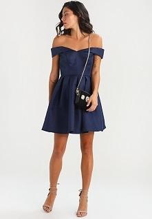 Ciekawy fason sukienki kokt...