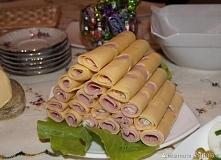 Roladki czosnkowe żółty ser-plastry, 0,5 kg szynka konserwowa wieprzowa, 0,5 kg FARSZ: majonez, 4 łyżki Natka pietruszki, pęczek czosnek, 5 ząbków Posiekać drobno natkę,wycisnąć...