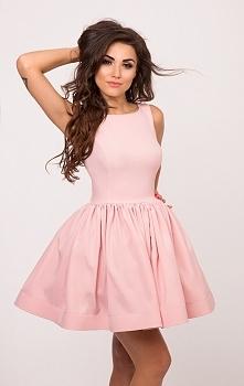 SUKIENKOWO.COM PERLA - Rozkloszowana sukienka z perłami na plecach różowa Kliknij w zdjęcie aby przejść do produktu.