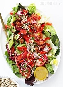 obiadowa sałatka z czerwonymi warzywami i miodowo-czosnkowym winegretem