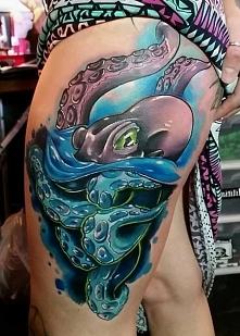 ośmiornica tatuaż na biodrze