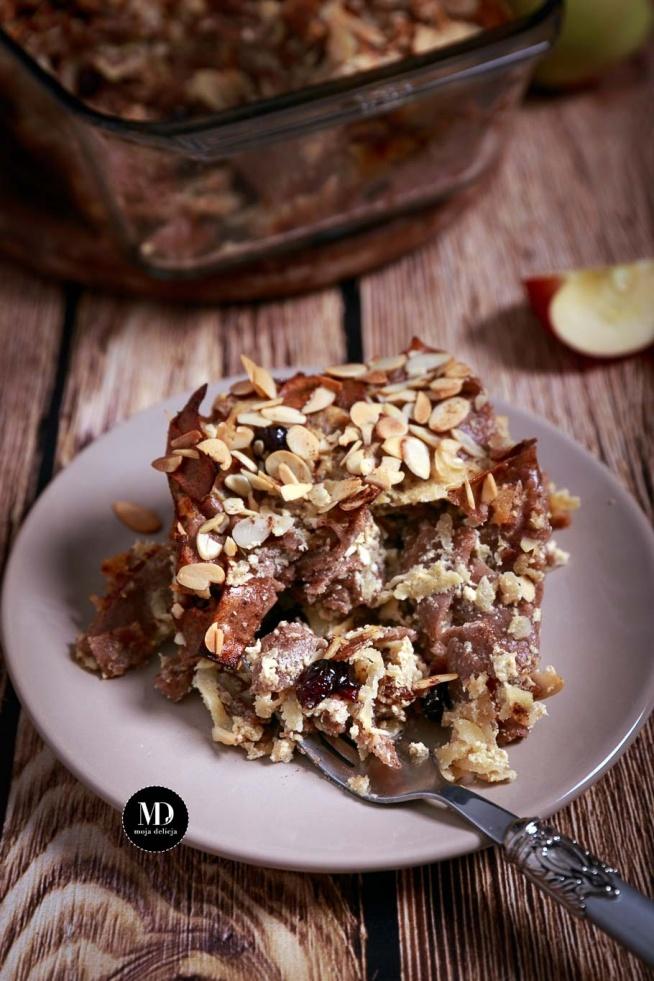 Zapiekanka makaronowa z jabłkami, żurawiną, miodem, cynamonem i płatkami migdałowymi. Proste i sycące danie na słodko dla wielu osób