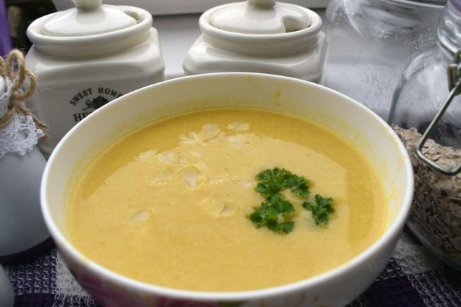 Krem z pora z serkiem topionym to pyszna propozycja gęstej zupy na jesienne chłody. Przepis na blogu: pomylonegaryblog.wordpress.com
