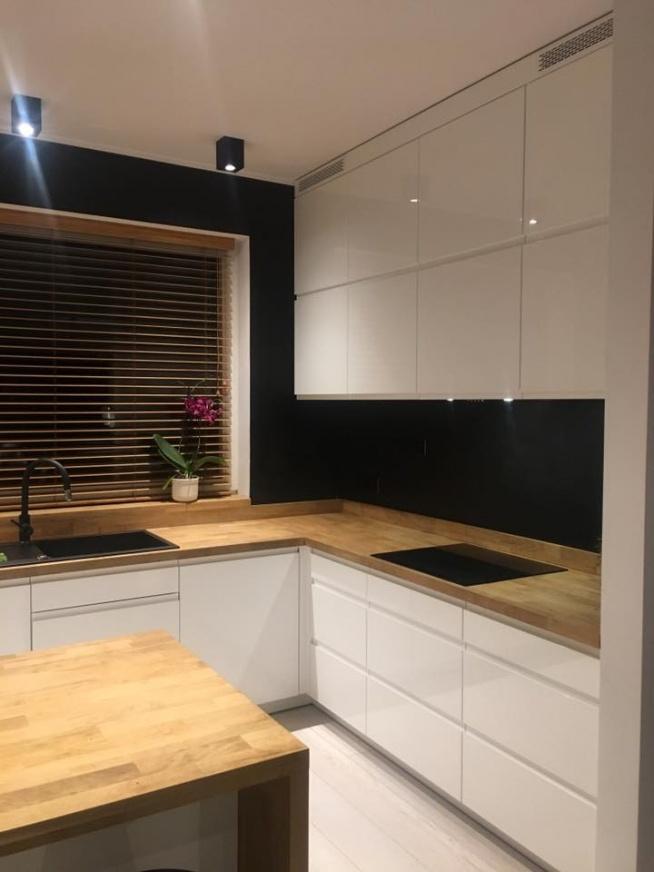 Żaluzja Bambusowa w kolorze Graham to piękna dekoracja kuchni z projekcie Lewandowicz - Pawłowska Studio Architektury.  Nasze żaluzje znajdziesz na: naszedomowepielesze.pl FB: Nasze Domowe Pielesze