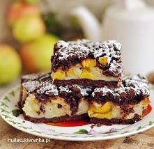 Szarlotka z dużą ilością jabłek na kruchym cieście z kakao i brzoskwiniami. P...