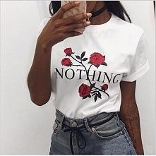 Klasyczny T-shirt z najmodniejszym motywem tego roku - różami. Pasuje do każd...