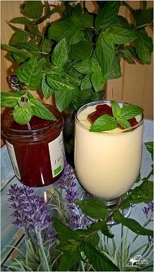 Domowy budyń waniliowy z truskawkowo-cynamonowym zwieńczeniem