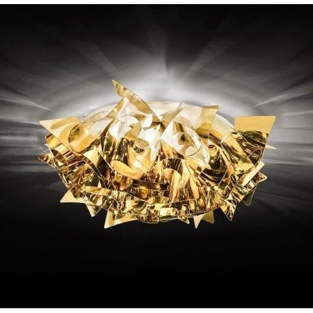 VELI Gold 53 Plafoniera SLAMP    VELI Gold - piękny plafon / kinkiet projektu Adriano Rachele dla SLAMP  Lampy Veli Silver, Veli Copper i Veli Gold wnoszą do każdego wnętrza jakość i połysk, dzięki wykorzystaniu opatentowanych przez Slamp metalicznych technopolimerów w technologiach Goldflex®, Steelflex® i Copperflex®. Czerpiąc inspirację z miękkości i delikatności tkanin i materiałów, projektant Adriano Rachele dokonał przeniesienia najistotniejszych cech na kolekcję lamp Veli (3 kinkiety / plafony i 2 lampy sufitowe wiszące - wszystkie z wykorzystaniem magnetycznego mocowania klosza). Dokonał tego projektując płynący niczym aksamitny jedwab wieloelementowy system, który został wykonany ręcznie, z niebywałą precyzją, bez widocznych łączeń poszczególnych elementów. Wynik jest zadziwiający. Wyrafinowana i ekskluzywna kolekcja designerskich lamp sufitowych wiszących oraz plafonów / kinkietów, która przekształcona została z prostego źródła światła w niebywały element dekoracyjny, zapewniający należytą jasność i szlachetne refleksy światła, które sprawdzą się świetnie zarówno we wnętrzach mieszkalnych jak i powierzchniach komercyjnych.