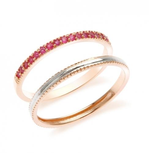 LISA  Srebrny pierścionek, obrączka z rubinami, podwójny  Pierścionek, dwie obrączki, jedna platerowana różowym złotem i wysadzana rubinami, druga, pokryta warstwą śnieżnobiałego rodu. Niezwykły i niepowtarzalny, super modny komplet. Finezyjny i filigranowy wzór.    Klasyczna forma, polecamy do codziennych stylizacji, szczególnie w kolorze różowym, szarym, granatowym lub czarnym. Dla podkreślenia efektu, proponujemy noszenie wraz z drobnymi kolczykami z rubinami.   Pierścionek idealnie nadaje się na prezent, jako urodzinowy podarunek dla osób urodzonych w lipcu - wszak rubin to ich kamień urodzinowy. Z pewnością przypadnie do gustu osobom, które lubią modną biżuterię i cenią naturalne kamienie szlachetne.