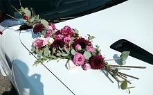 Dekoracja kwiatowa samochodu Pary Młodej.