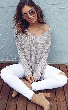 Stylizacja z beżowym swetrem i białymi spodniami po kliknięciu w zdjęcie pełen opis :) <3