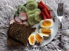 30 minut na czczo rowerku za mną. Dlatego czas na śniadaniowy talerz obfitości! Jajka na miękko, tost z patelni z ziołami i warzywa na rukoli. Zero soli, zamiast tego pieprz cza...