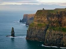 Klify Moher,Irlandia-Na ich szczycie wznosi się XIX-wieczna kamienna wieża – ...