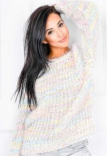 Włochaty ciepły pastelowy sweterek ze splotem w warkocze