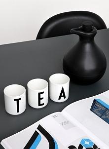 Kubek Design Letters z dowolną literą - praktyczny i stylowy upominek. Dostępny po kliknięciu w zdjęcie.