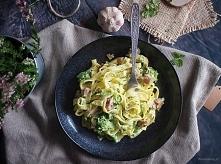 Makron z boczkiem i brokułami w sosie serowym