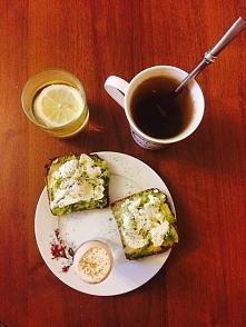 Po rowerku na czczo pyszne śniadanko! Chleb żytni razowy, awokado, twaróg półtłusty, kiełki brokuła, jajko na miękko oprószone pieprzem czarnym. Do tego zielona herbata liściast...