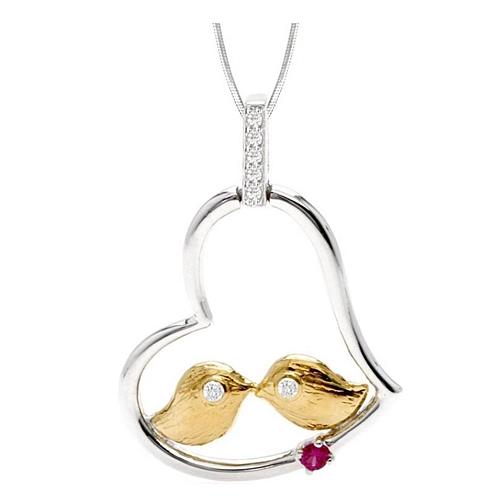 ERIN  Srebrny wisiorek z rubinem i cyrkoniami, serce Filigranowy, delikatny wisiorek. W kształcie serca, na którego brzegu, jak na huśtawce, siedzą dwa ptaszki. Wspaniała alegoria miłości. Ozdobiony rubinami i żółtym złotem.  Wisiorek świetnie dopełni codzienne, romantyczne stylizacje, szczególnie w kolorze bieli, ecru czy szarości.   Polecamy go w połączeniu z łańcuszkiem min. 45 cm.  Idealny jako drobny prezent, aby wyrazić nasze emocje i uczucia, dla ukochanej lub przyjaciółki.