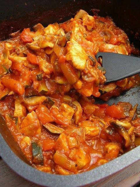 Obłędnie pyszna potrawka Składniki: 1 mała cukinia 1 czerwona papryka 1 pojedyncza pierś z kurczaka (250 g) 250 g pieczarek 1 średnia cebula 1 ząbek czosnku 1 puszka pomidorów (400 g) 1 łyżka koncentratu pomidorowego 1 łyżka oliwy z oliwek 1 łyżka sosu sojowego ciemnego garść świeżej bazylii gałązka świeżego tymianku gałązka świeżego majeranku 1 łyżeczka cukru świeżo zmielona sól morska świeżo zmielony kolorowy pieprz 1/4 łyżeczki chili 1 łyżeczka słodkiej papryki     W garnku podgrzać oliwę z oliwek. Wrzucić pokrojoną w kostkę cebulę i pokrojoną pierś z kurczaka. Podsmażyć. Do podsmażonych składników dodać pokrojone w plasterki pieczarki, pokrojoną w paski cukinię i paprykę. Pomidory w puszcze zmiksować z koncentratem, ziołami, cukrem, chili i słodką papryką. Doprawić solą i pieprzem i dodać przeciśnięty przez praskę czosnek. Sosem zalać warzywa z mięsem i gotować bez przykrycia, aż do zredukowania się płynu i zagęszczenia się sosu. Podawać z ryżem lub makaronem. Smacznego!