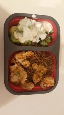 Kasza z kurczakiem i brokuły z sosem czosnkowym