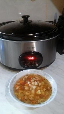 ZUPA FASOLOWA Z WOLNOWARA 200 g . suchej fasoli( namoczyć na noc) 2 nie duże kości wędzone lub wędzone żeberka, 2 l wody, 2 marchewki, kawałek selera, kawałek pora, korzeń pietr...