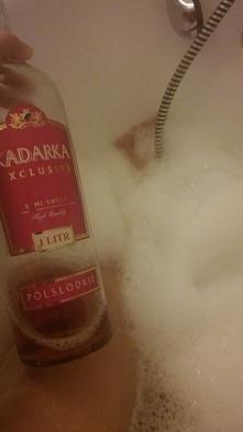 Tego mi było trzeba :D gorąca kąpiel z winkiem oraz delicje :D i ksiazka :)