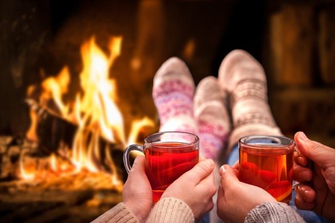 W jesienny wieczór nie może zabraknąć owocowej herbaty. Rozgrzewającej nasze zmarznięte dłonie i policzki. Najlepiej smakuje oczywiście w towarzystwie kogoś bliskiego, przy kominku i w grubych skarpetkach. ;-)