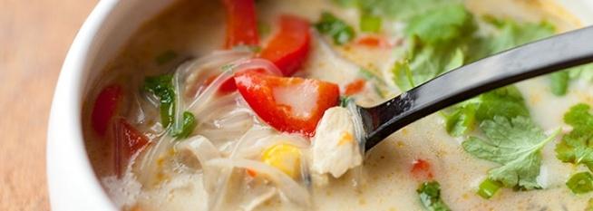 TAJSKA ZUPA Z KURCZAKIEM I WARZYWAMI Z papryką, pieczarkami i kukurydzą oraz z makaronem ryżowym i mlekiem kokosowym.