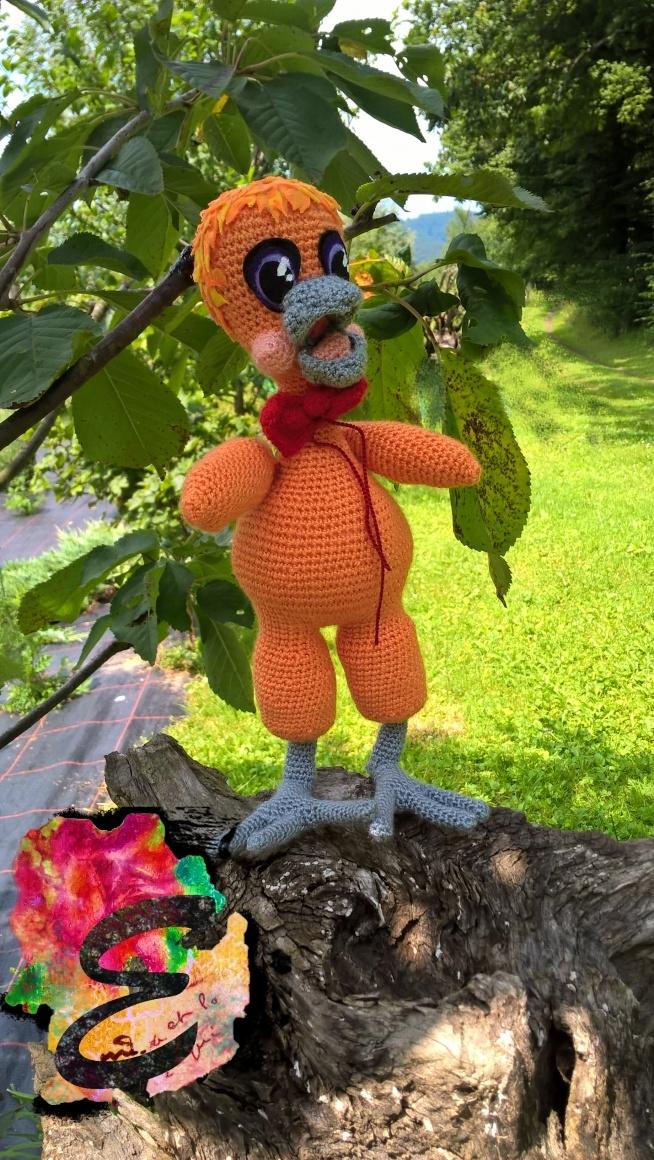 Kurczak Alojzy z pewnością może zostać określony mianem zabawnego stworzenia ! :) Wykonany za pomocą szydełka.
