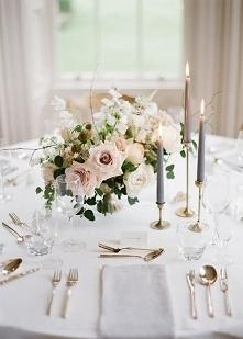piękna, klasyczna i delikatna dekoracja stołu
