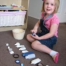 Dopasowywanie. Jeśli masz trochę pustych buteleczek i innych pojemników możesz zorganizować dziecku zajęcie. Poodkręcaj je i pomieszaj zakrętki. Poproś dziecko, aby znalazło wła...
