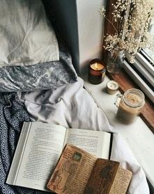 Czytanie książek w łóżku oraz zapalone świeczki  w deszczowe dni