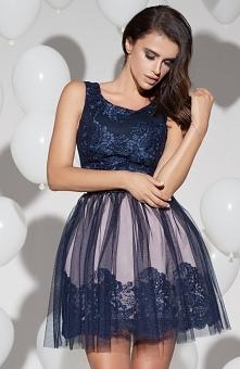 Bicotone 2123-11 sukienka granatowa Wizytowa sukienka z odsłoniętymi ramionami, góra dopasowana ozdobiona koronką, dół pięknie rozkloszowany wykończony tiulem
