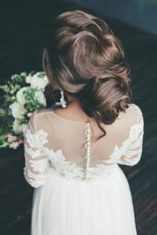 Wśród loków i upięć - 30 inspiracji na fryzury ślubne dla długowłosych